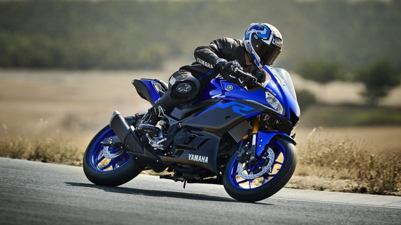 19_YZF-R3_Team Yamaha Blue_Action01_0005-min