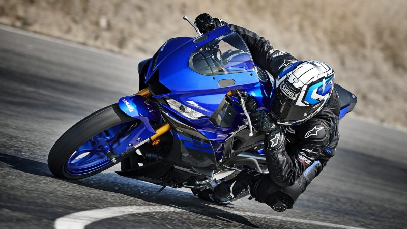 19_YZF-R3_Team Yamaha Blue_Action01_0078-min