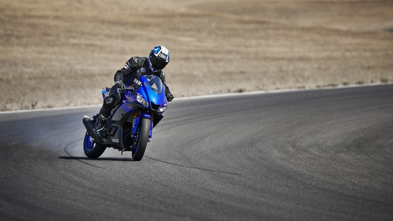19_YZF-R3_Team Yamaha Blue_Action01_0186-min