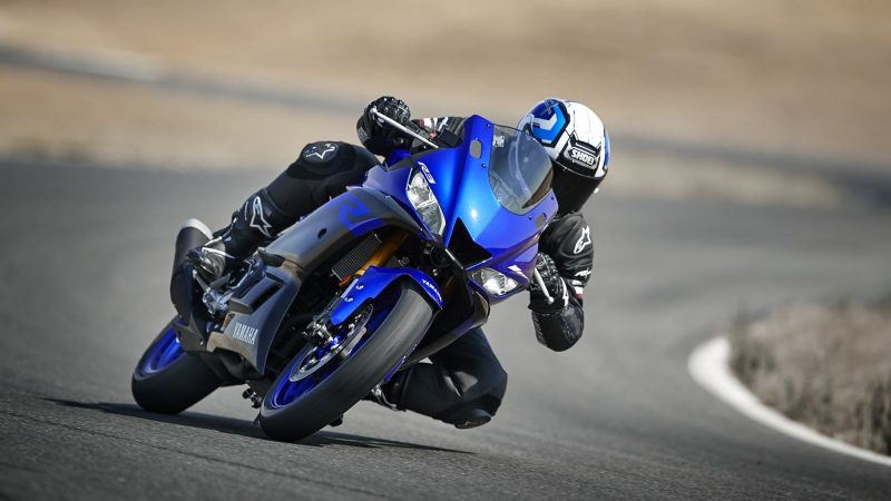 19_YZF-R3_Team Yamaha Blue_Action01_0207-min