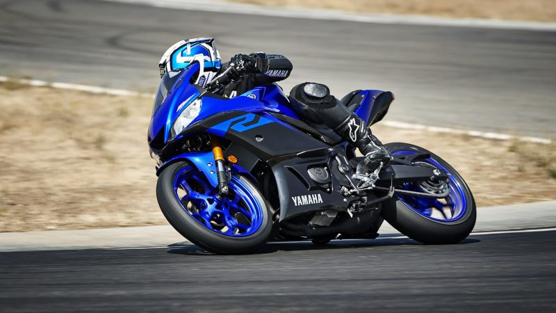 19_YZF-R3_Team Yamaha Blue_Action01_0230-min
