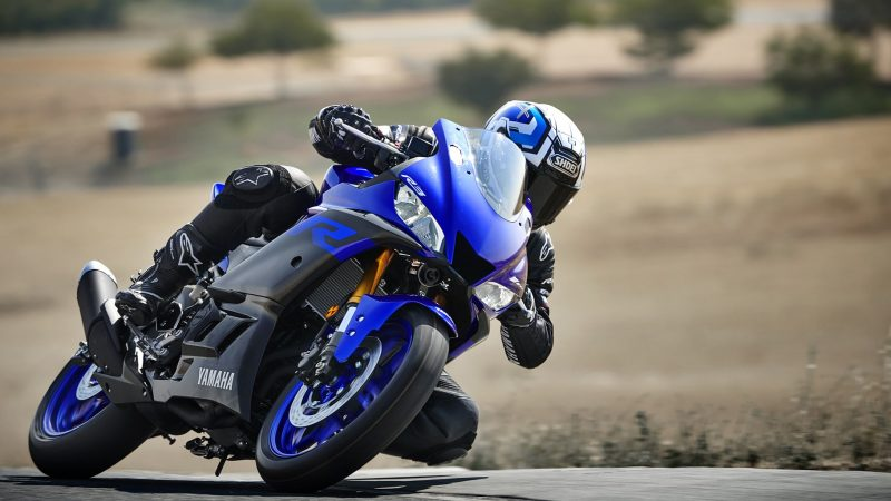 19_YZF-R3_Team Yamaha Blue_Action02_0026-min
