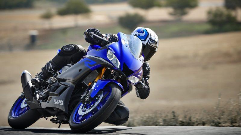 19_YZF-R3_Team Yamaha Blue_Action02_0026-min