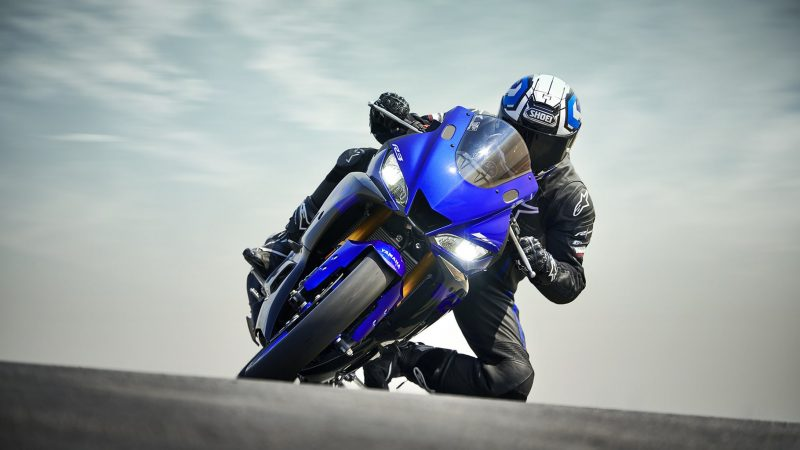 19_YZF-R3_Team Yamaha Blue_Action03_0085-min