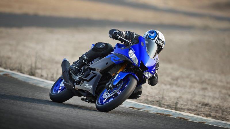 19_YZF-R3_Team Yamaha Blue_Action06_0003-min