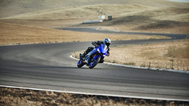 19_YZF-R3_Team Yamaha Blue_Action06_0009-min