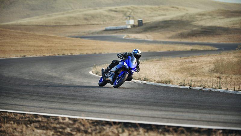 19_YZF-R3_Team Yamaha Blue_Action06_0009-min