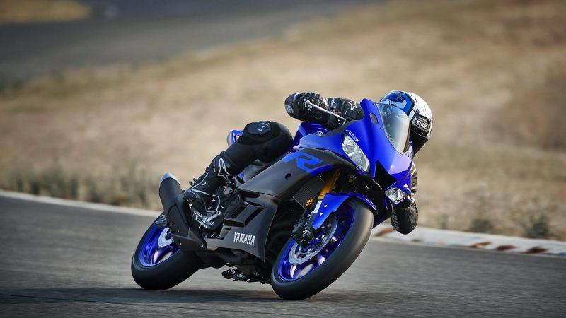 19_YZF-R3_Team Yamaha Blue_Action06_0032-min