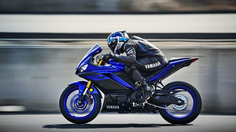 19_YZF-R3_Team Yamaha Blue_Action07_0002-min