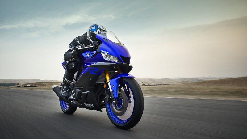 19_YZF-R3_Team Yamaha Blue_Action08_0027-min