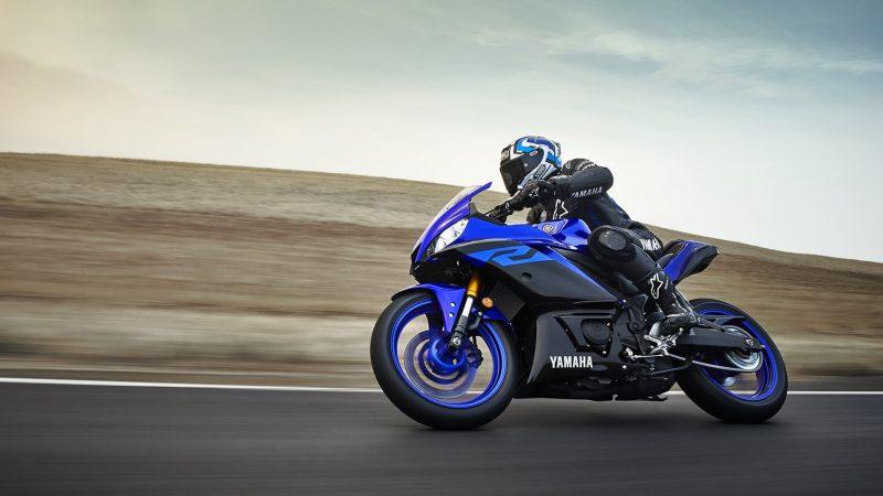 19_YZF-R3_Team Yamaha Blue_Action08_0064-min