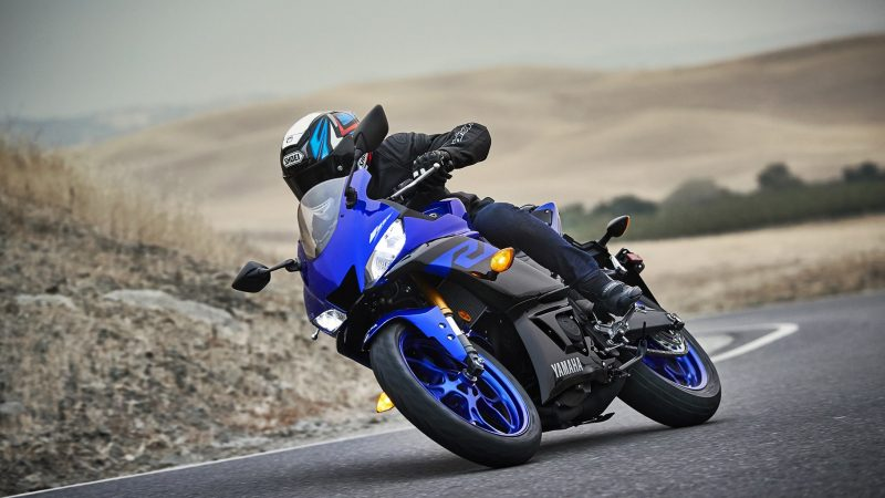 19_YZF-R3_Team Yamaha Blue_Action09_0011-min