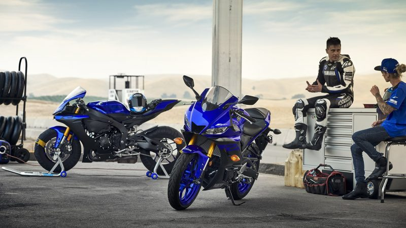19_YZF-R3_Team Yamaha Blue_Lifestyle01_0037-min