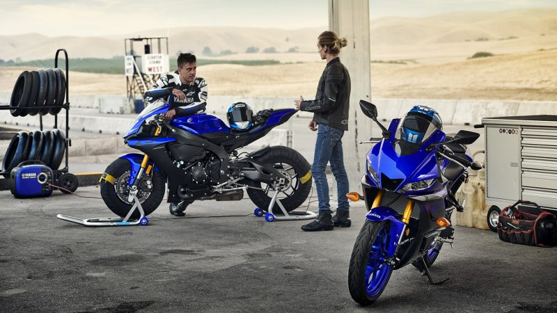 19_YZF-R3_Team Yamaha Blue_Lifestyle01_0159 (1)-min