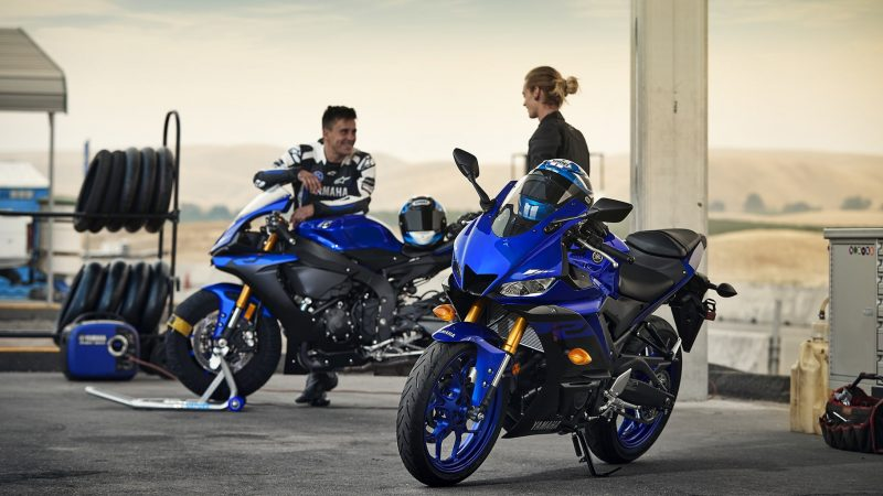 19_YZF-R3_Team Yamaha Blue_Lifestyle01_0167 (1)-min