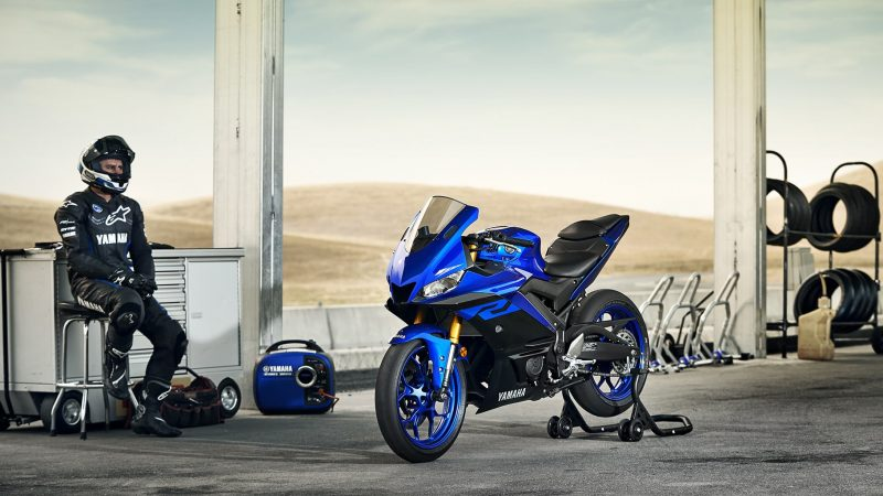 19_YZF-R3_Team Yamaha Blue_Lifestyle03_0004-min