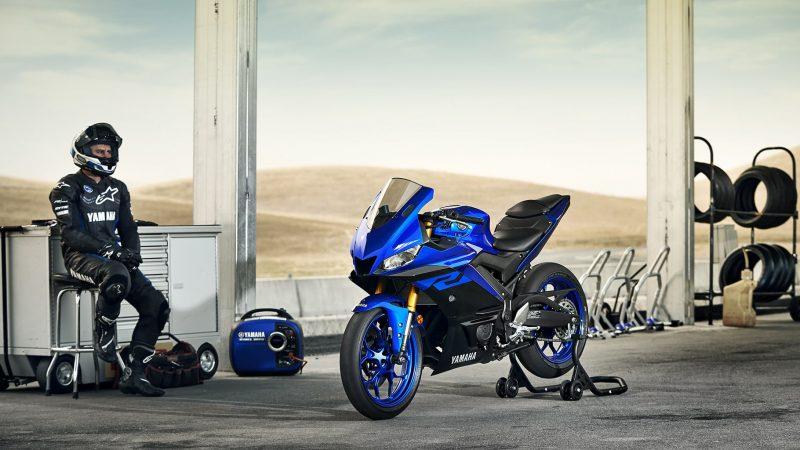 19_YZF-R3_Team Yamaha Blue_Lifestyle03_0004-min