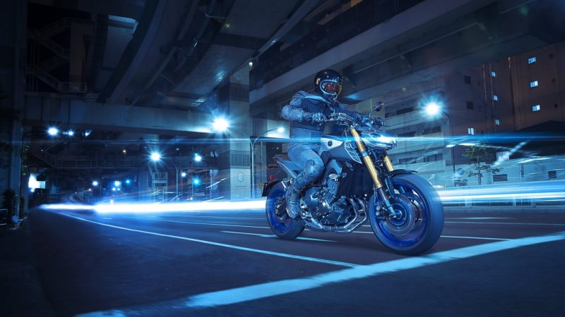 2018-Yamaha-MT09SP-EU-Silver-Blu-Carbon-Action-001.jpg