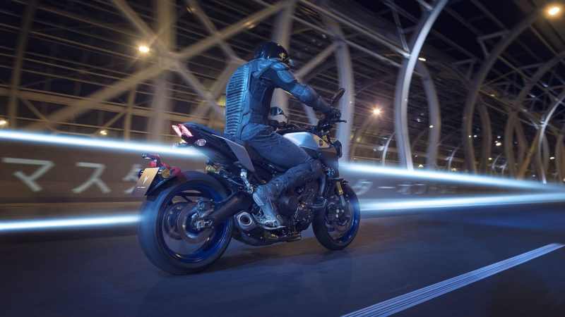 2018-Yamaha-MT09SP-EU-Silver-Blu-Carbon-Action-004.jpg