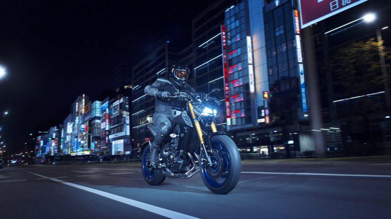 2018-Yamaha-MT09SP-EU-Silver-Blu-Carbon-Action-005.jpg