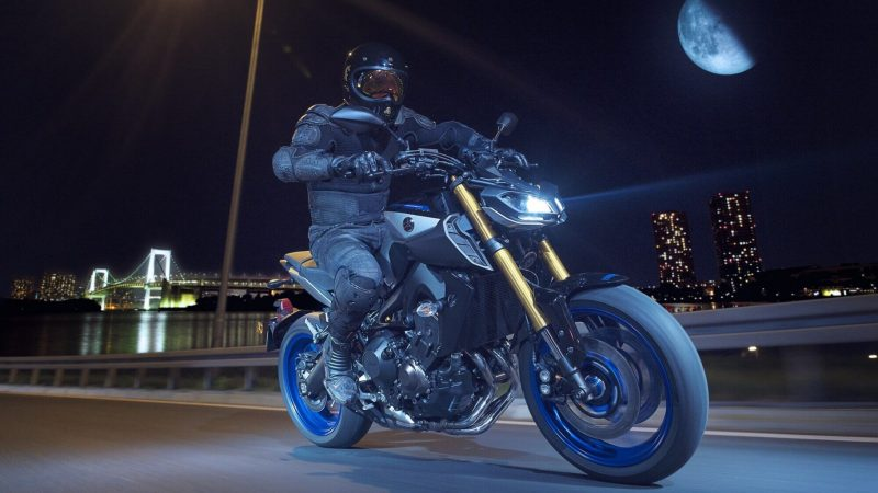 2018-Yamaha-MT09SP-EU-Silver-Blu-Carbon-Action-006.jpg