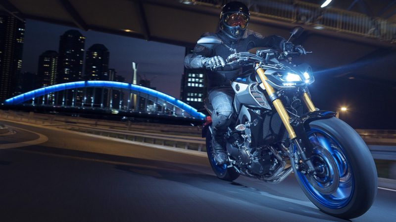 2018-Yamaha-MT09SP-EU-Silver-Blu-Carbon-Action-007.jpg