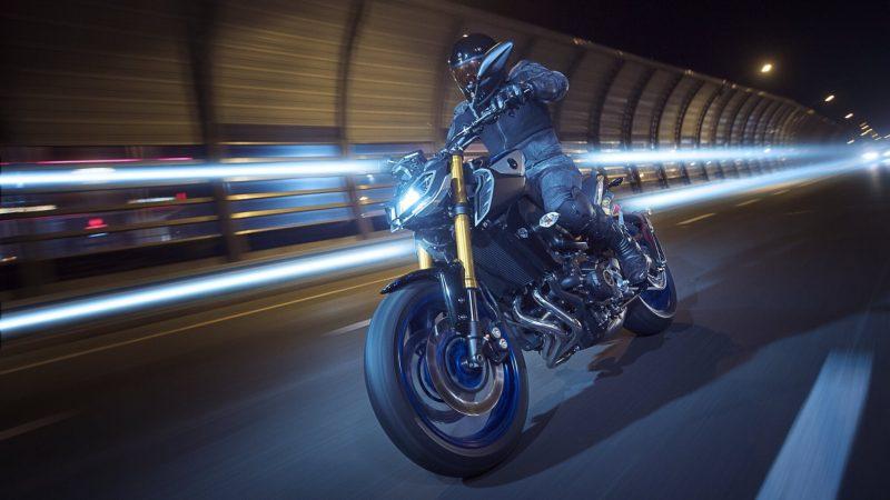 2018-Yamaha-MT09SP-EU-Silver-Blu-Carbon-Action-008.jpg