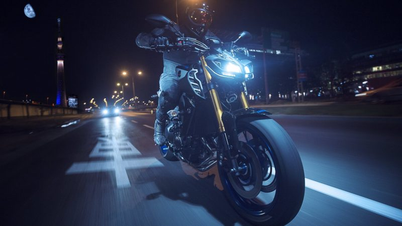 2018-Yamaha-MT09SP-EU-Silver-Blu-Carbon-Action-009.jpg