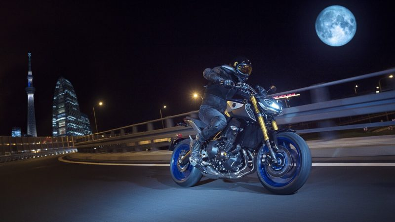 2018-Yamaha-MT09SP-EU-Silver-Blu-Carbon-Action-010.jpg