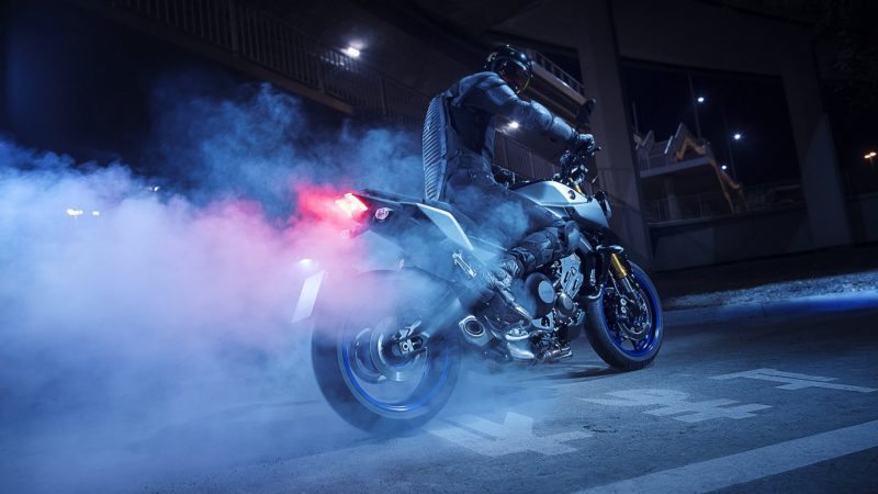 2018-Yamaha-MT09SP-EU-Silver-Blu-Carbon-Static-001.jpg