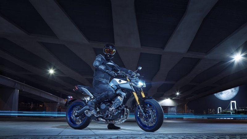 2018-Yamaha-MT09SP-EU-Silver-Blu-Carbon-Static-003.jpg