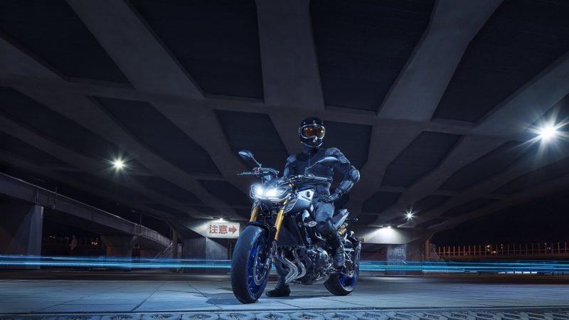 2018-Yamaha-MT09SP-EU-Silver-Blu-Carbon-Static-004.jpg