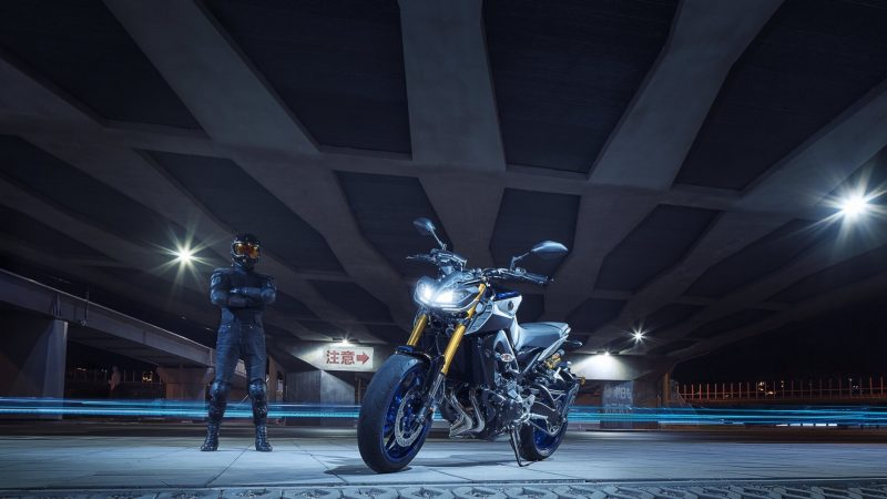 2018-Yamaha-MT09SP-EU-Silver-Blu-Carbon-Static-005.jpg