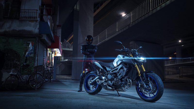 2018-Yamaha-MT09SP-EU-Silver-Blu-Carbon-Static-006.jpg
