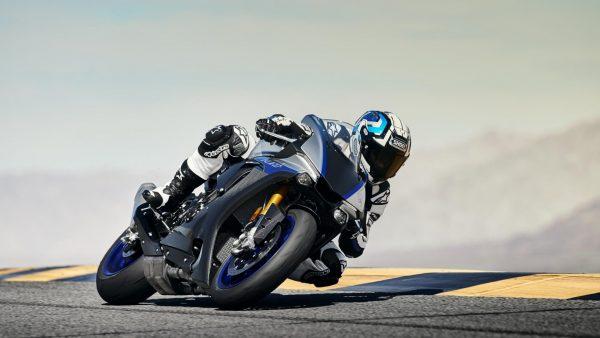 2018-Yamaha-YZF-R1M-EU-Silver-Blu-Carbon-Action-002.jpg