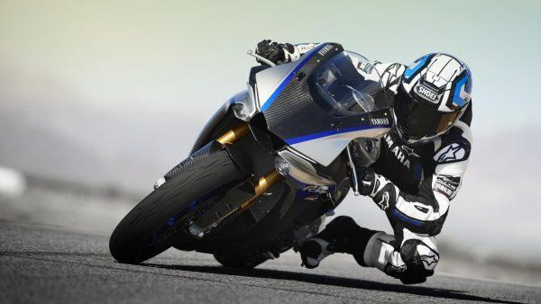2018-Yamaha-YZF-R1M-EU-Silver-Blu-Carbon-Action-003.jpg