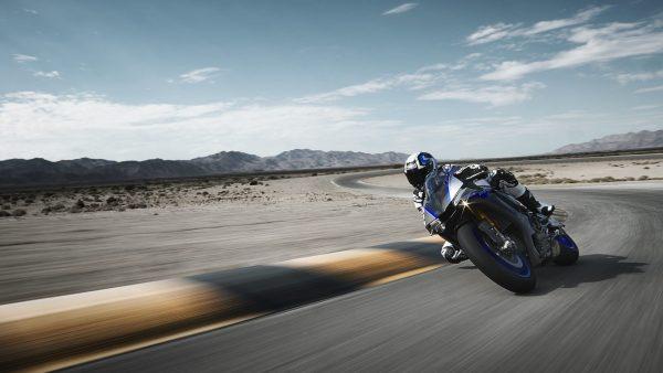 2018-Yamaha-YZF-R1M-EU-Silver-Blu-Carbon-Action-004.jpg