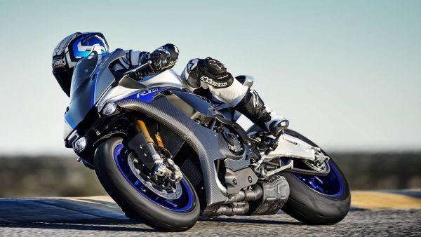 2018-Yamaha-YZF-R1M-EU-Silver-Blu-Carbon-Action-005.jpg
