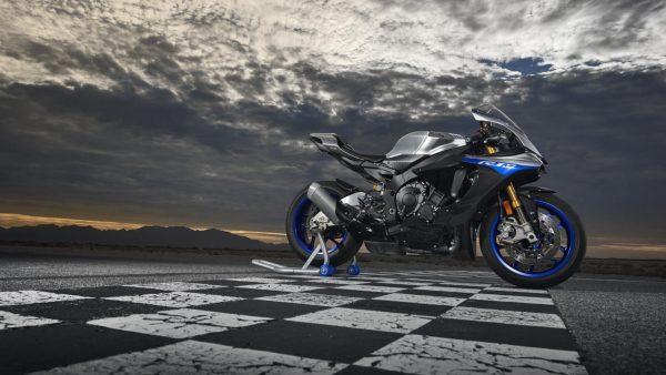 2018-Yamaha-YZF-R1M-EU-Silver-Blu-Carbon-Static-001.jpg