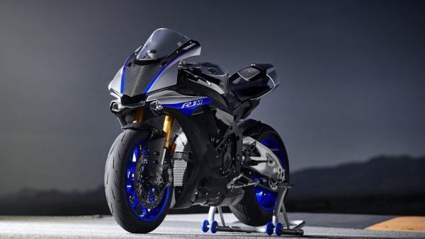 2018-Yamaha-YZF-R1M-EU-Silver-Blu-Carbon-Static-002.jpg