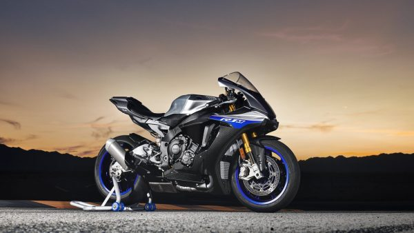 2018-Yamaha-YZF-R1M-EU-Silver-Blu-Carbon-Static-003.jpg